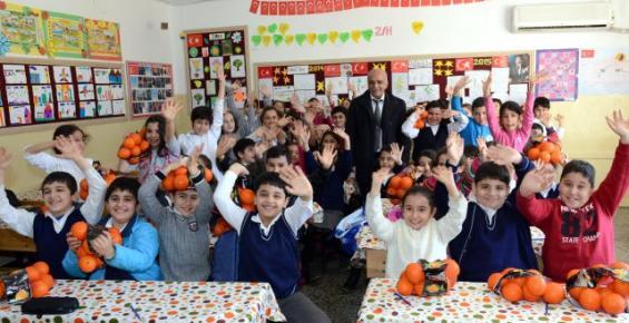 Çiftçinin Elinde Kalan Portakallar Öğrencilere Dağıtıldı