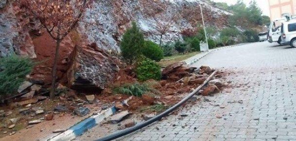 Dağdan Kopan Kaya Mersin'de Tehlike Saçtı