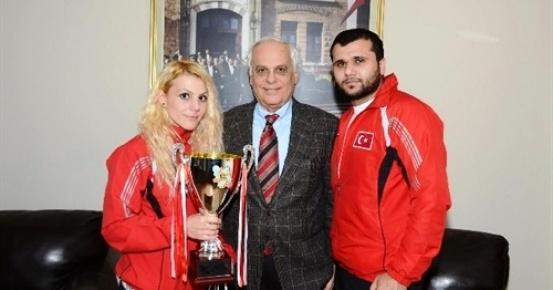 Dünya Şampiyonu, Sevincini Rektör Aydın ile Paylaştı