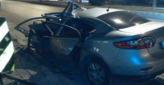 Elektrik Direğine Çarpan Araç İçerisinde 2 Kişi Yaşamını Yitirdi