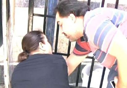 Engelli Kızının Bakım Parası Kesilince Kendini Zincirlemek İstedi