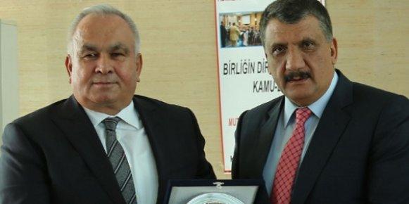 Erdemli Belediye Başkanı Tollu'ya KAMU-DER'den Yılın Belediye Başkan Ödülü