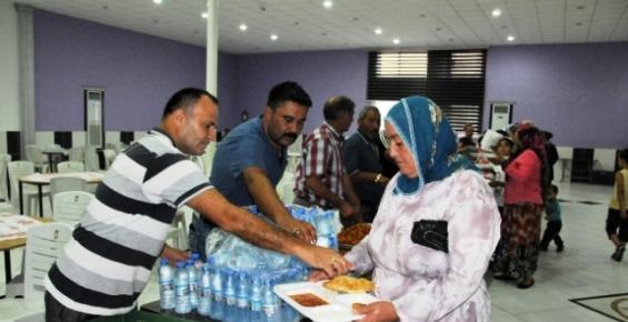 Erdemli Belediyesi'nin İftar Çadırında Bin 500 Kişilik İftar Yemeği Veriliyor
