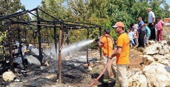 Erdemli'de 3 Kişilik Ailenin Kaldığı Baraka, Çıkan Yangında Kül Oldu.