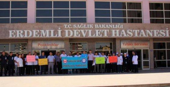 Erdemli'de Doktorlar Meslektaşlarına Saldırıyı Protesto Etti.