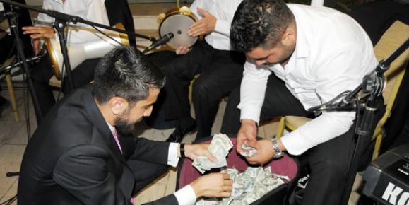 Erdemli'de Düğün Salon Sahipleri Dolar Yaktılar
