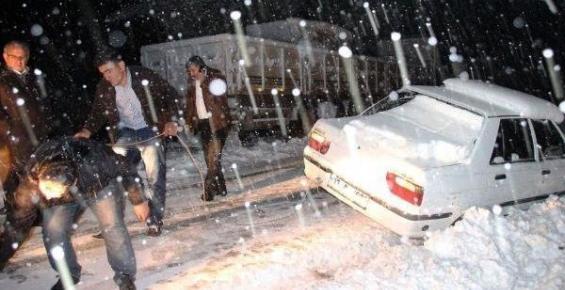 Erdemli'de Kar Nedeniyle 20 Tır Yolda Mahsur Kaldı