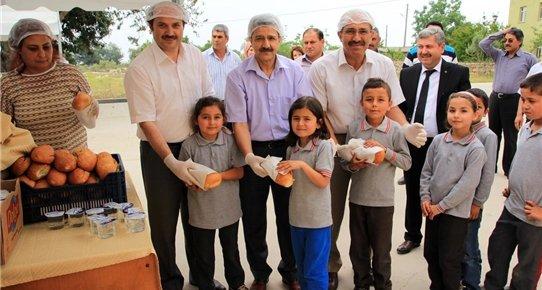 Erdemli'de Öğrencilere Balık Ekmek Dağıtıldı
