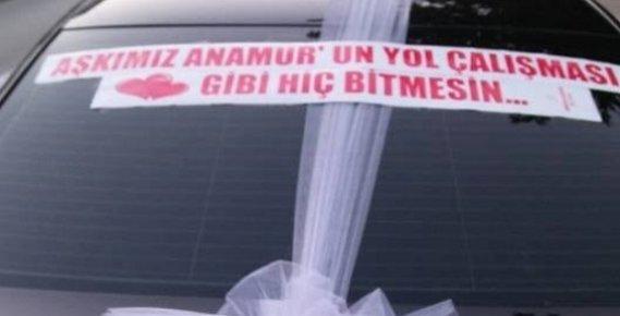 """Gelin Arabasına, """"Aşkımız Anamur'un Yol Çalışması Gibi Hiç Bitmesin"""" Yazdırdı"""