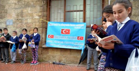 Kitap Okumaya Dikkat Çekmek İçin Sokakta Kitap Okuyorlar