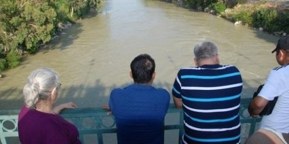 Köprüden Irmağa Atlayan Genç Kayboldu