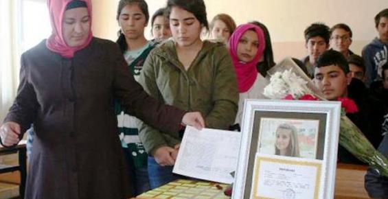 Liseli Büşra'nın Karnesini Sırasına Bıraktılar