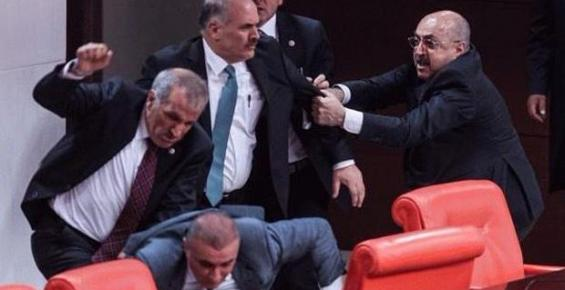 Meclis'te Vekil Kavgası: 4 Yaralı