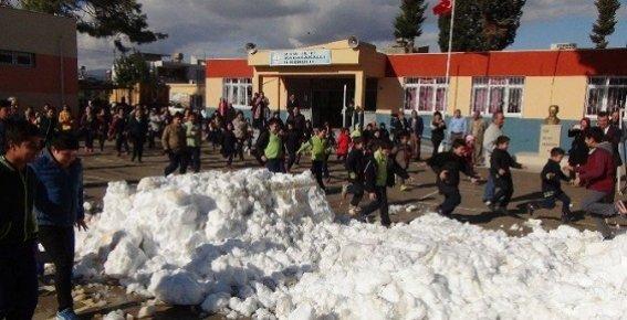 Mersin Büyükşehir Belediyesi, Okula Kamyonlarla Kar Getirdi