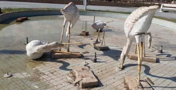 Mersin Kültür Parkı'ndaki Pelikanları Kırdılar