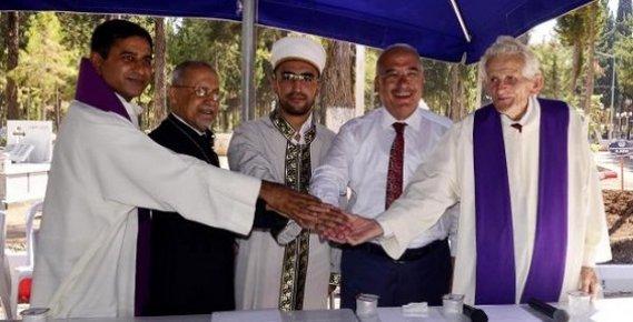 Mersin Şehir Mezarlığı'nda Dualar 'Barış' ve 'Hoşgörü' İçin Edildi