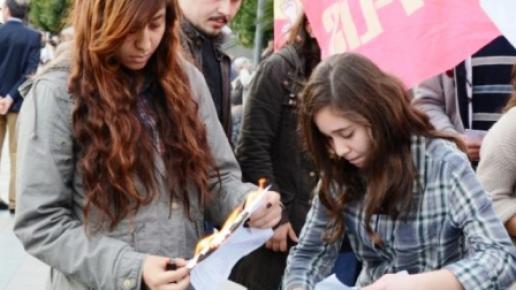 Mersin'de Bir Grup Liseli Karnelerini Yaktı