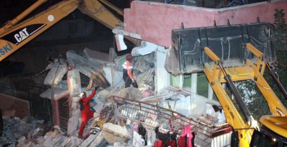 Mersin'de Çöken İki Katlı Bina İş Makinaları ile Yıkıldı