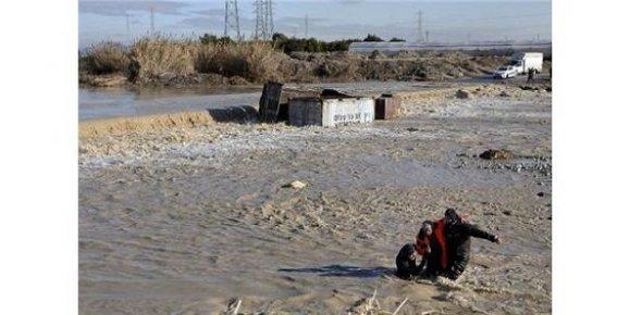 Mersin'de Derede Devrilen Tırda Mahsur Kalan Şoför, Son Anda Kurtarıldı