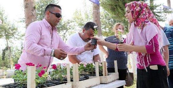 Mersin'de Mezarlık Ziyaretçilerine Belediyeden Çiçek