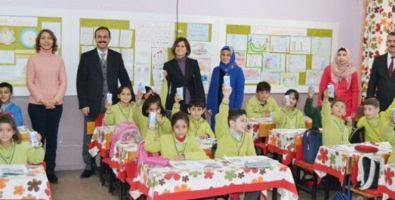 Mersin'de Öğrencilere Süt Dağıtıldı
