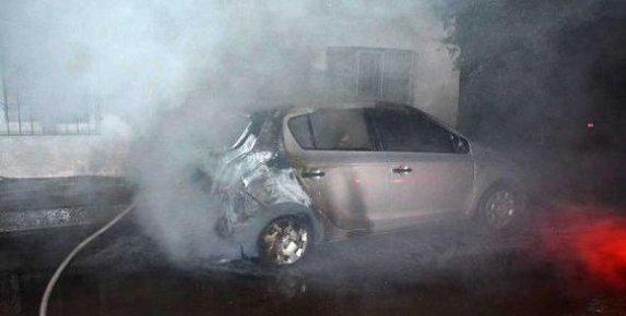 Mersin'de Park Halindeki Otomobil Yandı