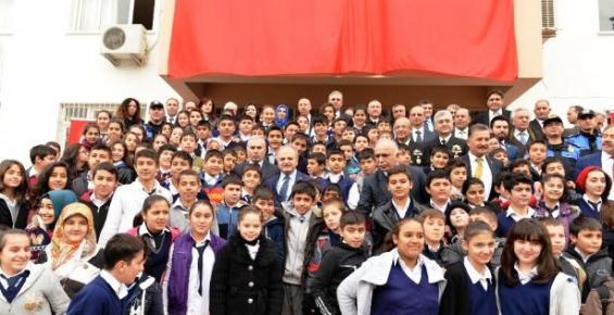 Mersin'de 'Polis Amca Kütüphaleri' Açıldı