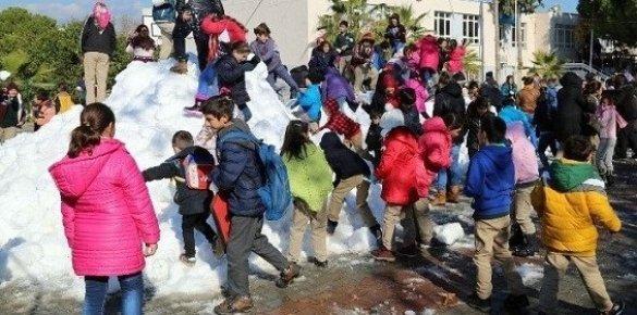 Mersin'de Sahil Kesiminde Okuyan Öğrencilere Kar Sürprizi