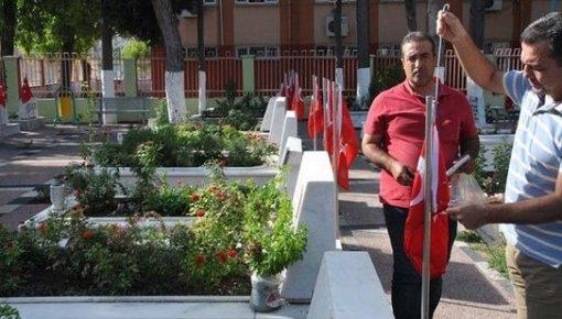 Mersin'de Şehitlikteki Bayraklar Çalındı