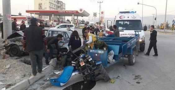 Mersin'de Tarım Aracı Otomobile Çarptı: 2 Yaralı.