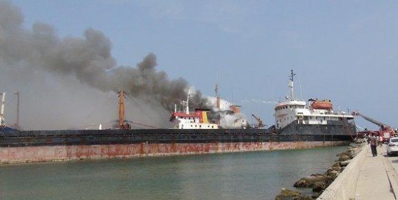 Mersin'de Yük Gemisi Yangını Korku Yarattı
