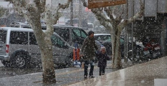 Mersin'in Mut İlçesine 20 Yıl Sonra Kar Yağdı