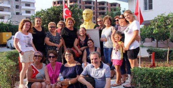 Mezitlililer Atatürk Büstü ile Fotoğraf Çektirmek İçin Birbirleriyle Yarıştılar