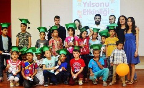 Mülteci Çocukların Diploma Sevinci