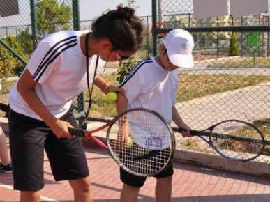Öğrencilere ücretsiz tenis kursu !