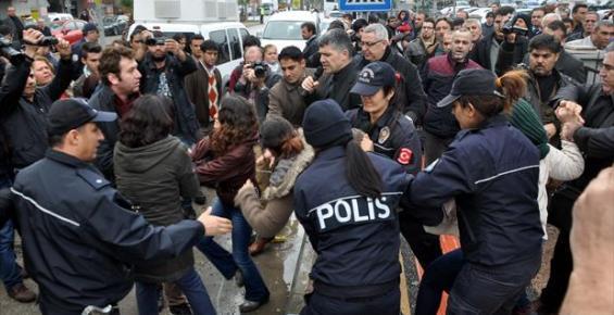 Özgecan İçin Kendilerini Zincirleyen Eylemcilere Polisin Sert Müdahalesi