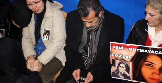 Özgecan'ın Ailesi Taziyeye Gelen Öğrencileri Gözyaşları İle Karşıladı