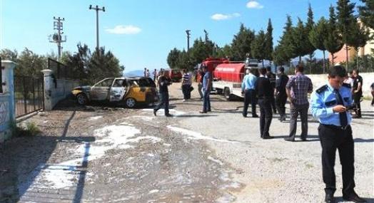 Park Halindeki 2 Otomobil Yanarak Hurdaya Döndü