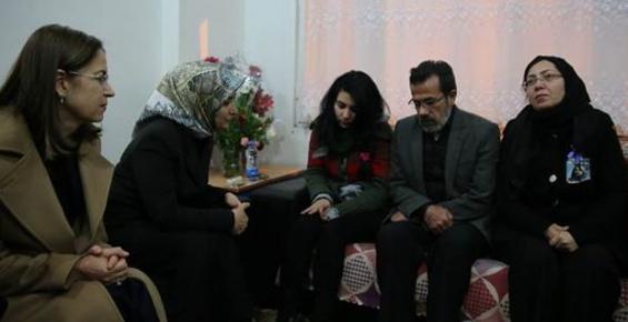 Sare Davutoğlu Özgecan'ın Ailesini Ziyaret Etti