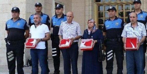 Şehit Aileleri Tarafından Verilen Türk Bayrakları Cumhurbaşkanına Gönderildi