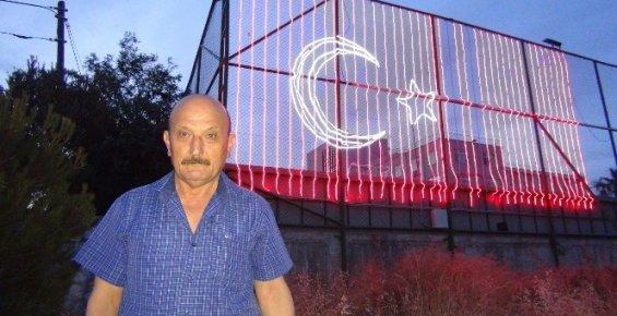 Şehitler Anısına Dev Türk Bayrağı Yaptı