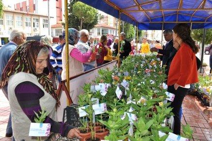 Silifke'de Anneler Gününe Özel 5 Bin Çiçek Dağıtıldı.
