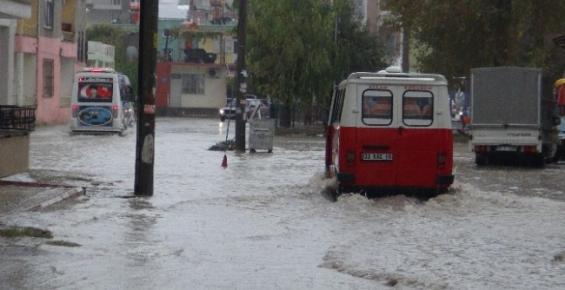 Silifke'de Sağanak Yağış Yaşamı Olumsuz Etkiledi