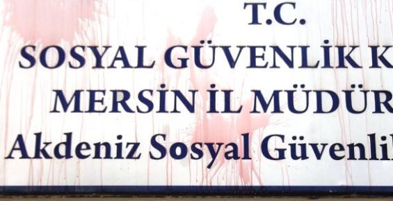 Mersin'de SGK'ya Boyalı Protesto