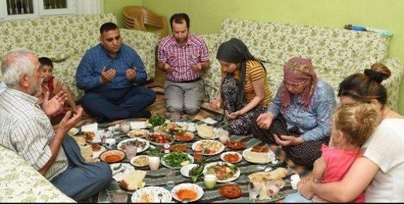 Tarsus Belediye Başkanı, Engelli Bestami Kadir Çalışır'a İftarda Misafir Oldu.