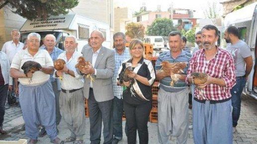 Tarsus'da Ziraat Odası Köylüye Tavuk Dağıttı