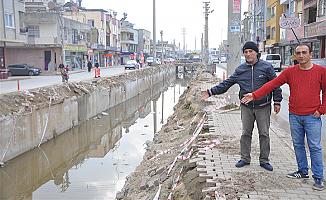 Mersin'de Üstü Açık Kanalın Kokusu Çıktı.