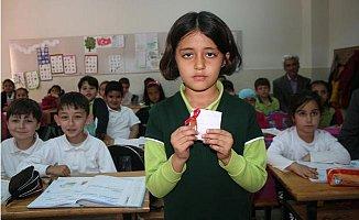 Minik Ahsen, Ödülü Altını Mehmetçik Vakfı'na Bağışladı