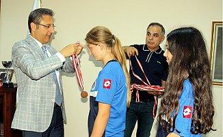 Hentbolcu Kızlar, Başarılarını Başkan Pamuk ile Paylaştı