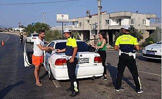 Polisten Sürücülere Kolonya ve Bayram Şekeri